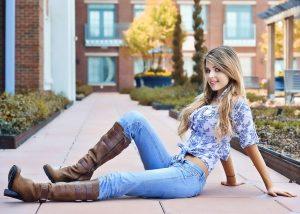 ロマンスタイプの女性がジーンズを着用