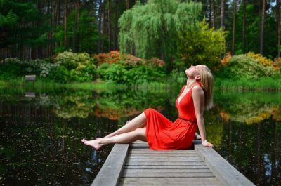 ロマンスタイプの服、赤