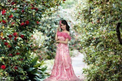 ピンク色の服
