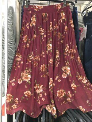 ロマンスタイプの花柄プリーツスカート
