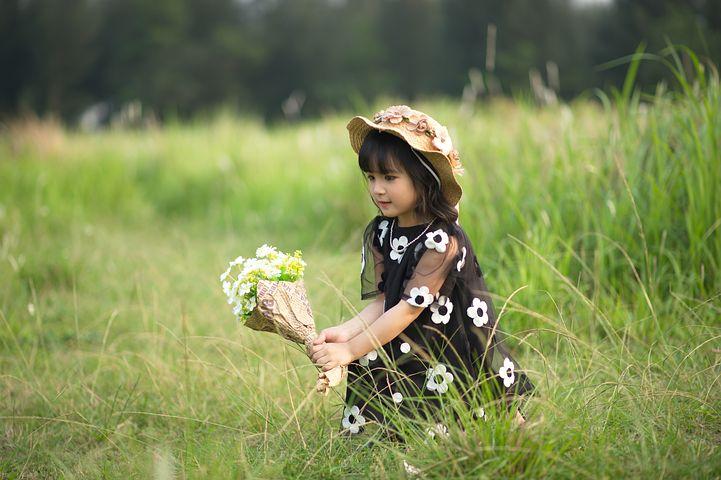 はっきりした花柄のワンピース