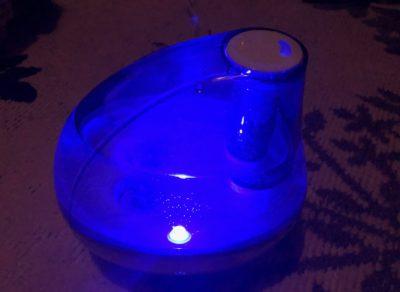 青く光る加湿器
