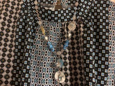 レトロワンピースにボタンのネックレス