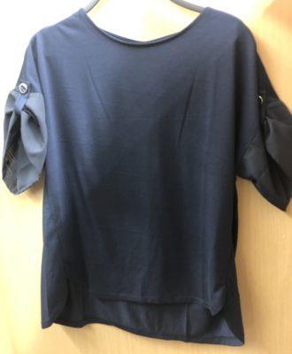 紺のカットソー、袖のワンポイント