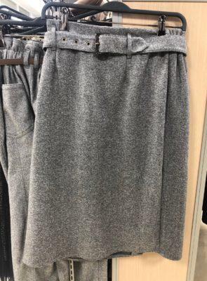 ひざ下のセミタイトスカート、グレー