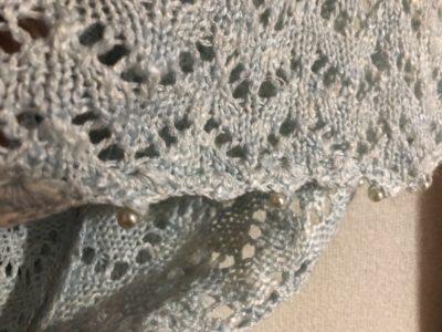 袖口にかわいらしい真珠