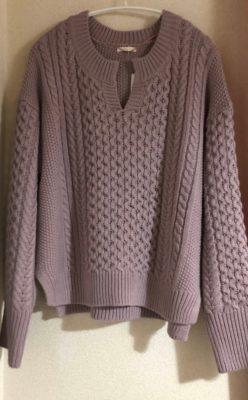 ストレートタイプに似合うキーネックのセーター