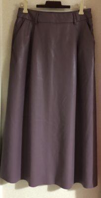 フェイクレザーのフェミニンなスカート