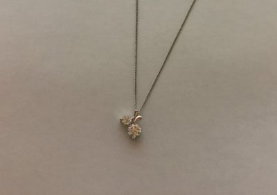 ロマンスタイプに似合うプチダイヤのネックレス