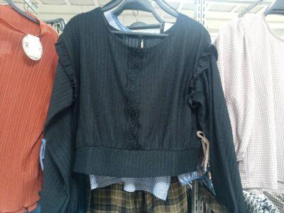 着丈の短い黒カットソー